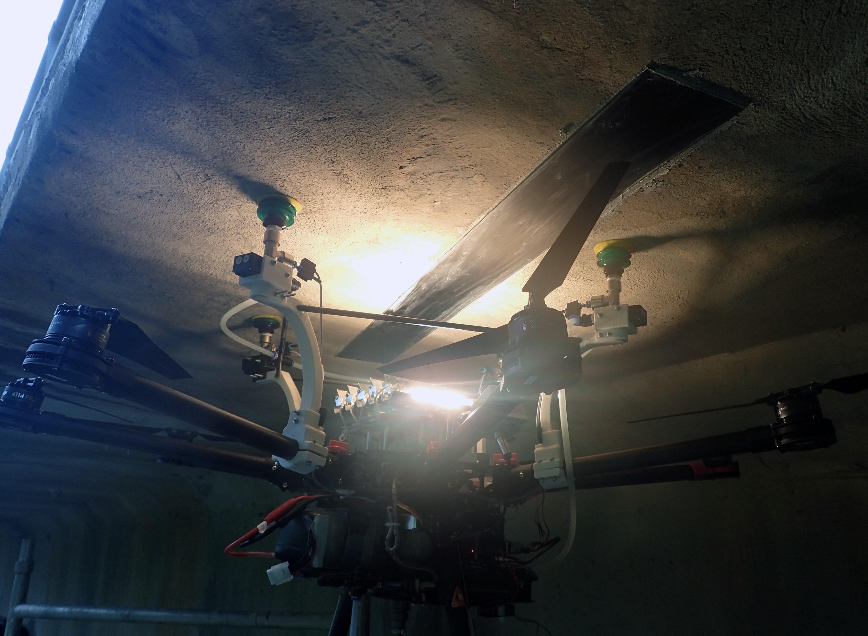 Dokowanie drona na wiadukcie drogowym podczas prób in situ